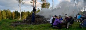 En bild från tidigare kolmiletändning men som visar hur röken bolmar och veden börjar kolna. Foto: Kennet Persson