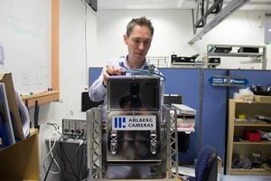 Joakim Ahlberg visar en av de specialbyggda kamerorna som kan klara att filma inuti kärnkraftverk. En vanlig kamera får nästan omgående sin elektronik utslagen av strålningen.