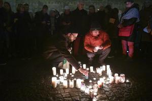 Bilden är ifrån  80-årsdagen av Kristallnatten i Lund 2018. Människor samlades för att minnas offren och illdåden som begicks i nazismens Tyskland. FOTO: Johan Nilsson/TT