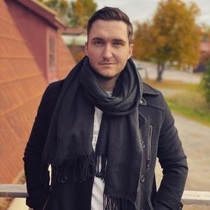 Mike Wennergren är själv artist under namnet Mike Emilio och driver skivbolag på Kyrkogatan i Smedjebacken. Foto: Privat