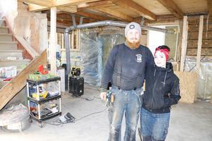 David och Ebba i det som ska bli det nya köket. Nyligen göt de nytt golv eftersom det gamla var helt murket.