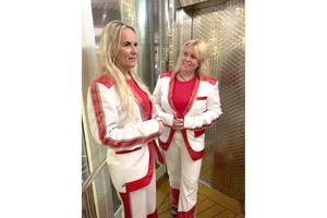 """Anna-Lena och hennes  väninna hade ingen aning om att de skulle uppträda med Larz-Kristerz i mars trots att kompisgänget att fixat fram matchande kläder. Väl på scenen rev de av """"Guldbruna ögon"""". Foto: Privat"""