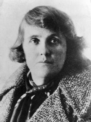 """Moa Martinson debuterade """"Kvinnor och äppelträd"""" 1933. Fattigdomen, svälten och råheten beskrivs ur ett kvinnligt perspektiv. Bilden är daterad 1936. Foto: TT"""