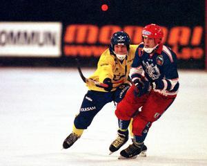 Pavel Gavrilov i en landskamp mot Sverige 1998. Nu är 44-åringen klar för en toppklubb i finska ligan. Mer om det längre ner i artikeln. FOTO/ARKIV: Mikael Fransson.