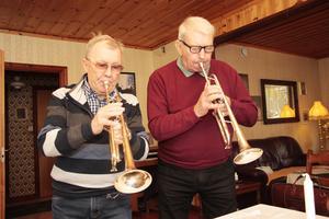 Göte Andersson och Ove Skoglund går loss på sina instrument.