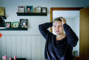 Karolina Björk undviker sorgen. Hon håller dörren stängd till det där rummet där hon inte kan andas.