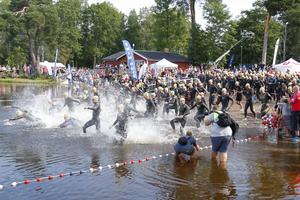 Starten har precis gått och deltagarna kastar sig ut i Långforsen för simningen.
