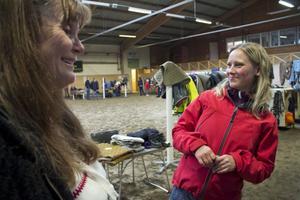 Agneta Dubeck-Åhs och Anna Ekengren var mycket nöjda med att det kom så många försäljare och kunder.