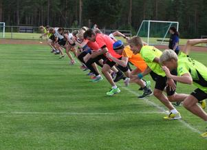 Veckans läger har lockat ett 40-tal ungdomar till Sveg. Här tränar halva gruppen snabbhet.