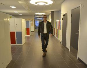 Vill sänka sjuktalen genom att överanställa personal. Den planen siktar nye skoldirektören Lars Karlstrand på att sjösätta i vår.
