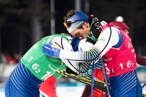 En trött Calle Halfvarsson pustar ut i Marcus Hellners armar efter finalen i herrarnas sprintstafett. Bild: Carl Sandin/Bildbyrån.