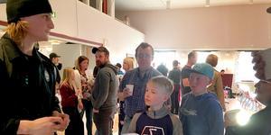Anton Karlsson fick skriva många autografer när han kom till hockeyavslutningen i Björbo. FOTO: Christer Gruhs