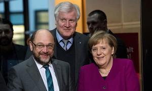 CDU (Angela Merkel) i CDU, systerpartiet (Horst Seehofer i mitten), CSU i Bayern och Socialdemokraterna (Martin Schulz) regerar vidare.Foto: AP/ Bernd von  Jutrczenka