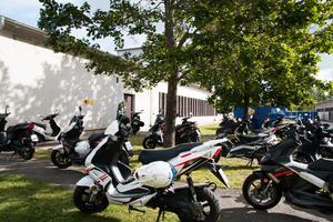 Parkeringen för mopeder är mer än full på Bromangymnasiet. Istället parkerar man på gräsmattor runt om skolan, trots att skyltar om