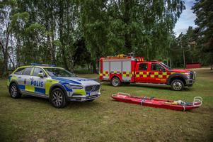 Räddningsfordon parkerade i närheten av brandplatsen vid sjön Rossen utanför Horndal. Foto: Niklas Hagman