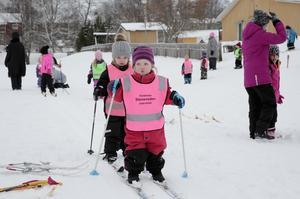 Signe Brask , 2, och kompisen Edith Adenäs, 3, hade perfekt vallade skidor.