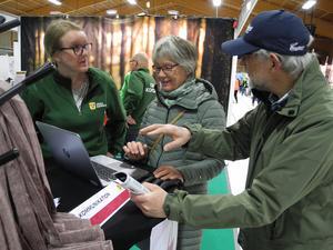 Emma Jidemyr, kommunikationschef för Orsa kommun, visar nya hemsidan för Christina och Lars Elmquist.