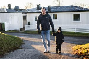 Andreas Molinder bor med sin familj på Alnö, den här dagen är den tidigare hockeyprofilen på väg med sin son Love, 4, till lekparken i bostadsområdet.