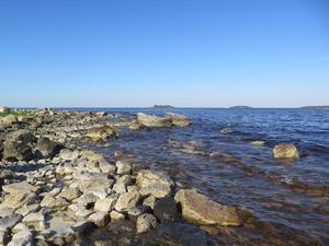 Stenar i olika storlekar på stranden vid Marskärsudden.