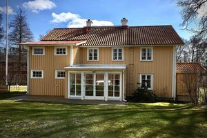 Det gamla huset flyttades till Hagafors på 1870-talet och tjänade som disponentvilla i många år. Här har makarna Broman bott i snart 50 år.