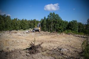 I närheten av där grävmaskinen står på bilden kommer det bli ett tiotal parkeringsplatser. Vid större evenemang kommer besökare få nyttja parkeringsplatserna som redan finns i området, bland annat ner mot Skogskapellet.
