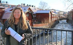 """Kajsa Larsson Berglind har varit projektledare för boken om upplevelsemat i Västmanland. Här är hon på väg till tryckeriet, tidigare i våras, med hela underlaget för boken som släpps den 25 april. """"Jag hoppas att alla som i framtiden vill starta något matlokalt i länet får den här boken i handen som inspiration."""""""