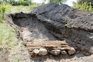 I en av groparna hittade arkeologerna en del av muren som hörde till Kungsgårdens beridarhus. Där fanns också bland annat bitar av fönsterglas.