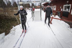 Kicki och Johan Hedberger tog bilen från Uppsala för att åka skidor i Högbo.