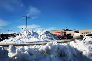 Flera stora snöhögar ligger ännu kvar på parkeringar runtom Hedemora.