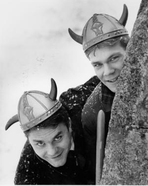 Nicklas Lidström tillsammans med lagkamraten Tomas Strandberg bakom en runsten i Västerås 1989.