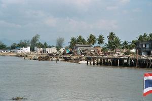 Byn Baan Nam Kem drabbades hårt. Bilderna är tagna från fiskebåten på vägen in till land.