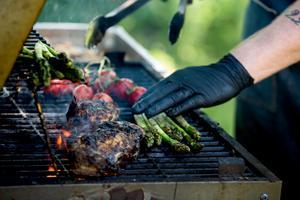 Fläsksida eller shortribsBeräkna ca 180g/person.Gnid in köttet i salt och peppar.Lägg gärna med några timjankvistar.Lägg nu köttet i en vakuum påse och förslut i en vakuumpackare.Sätt ugnen på 68 grader och lägg in påsen med köttet i ugnen och baka i 16 timmar.Om du gör detta på kvällen och låter ugnen gå över natten kan du ta ut det möra köttet på förmiddagen.Lägg sedan på en tyngd på köttet så det ligger under press i några timmar i kylskåpet. Låt hela tiden köttet ligga kvar i vakuumpåsen.När det är dags att äta sprättar du lätt upp påsen och lägger köttet på grillen tills det blir varmt och får en härlig grillyta.