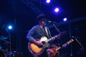 Ulf Edberg, sångare i bandet Highway Boys, bjöd på countrylåtar med sin djupa stämma.