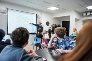 Det finns ett samband mellan fallande studieresultat i skolan och idén att kunskap inte kan läras ut utan bara är något individen själv konstruerar. Biold: Alexander Olivera/TT