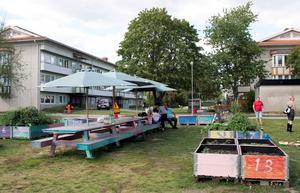 Ett kollektivt stadsdelsbord omgivet av odlingar ha blivit en ny kreativ mötesplats för Råbyborna.
