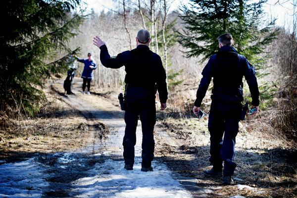 Två poliser söker tillsammans med en patrullhund av det området i nära anslutning till den plats där polisen fann kvarlevor efter Fatima Berggren i söndags.