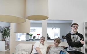 Thomas, Lena och Fredrik Bäck i det centralt placerade vardagsrummet.