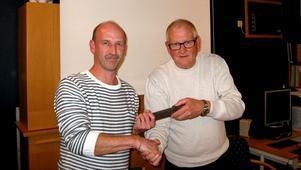 Anders Ahlström lämnade över ordförandeskapet i Lions Club Storå i måndags kväll till Mikael Enström.