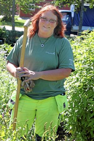 Astrid Åkerlund från Arboga jobbar mycket utomhus på somrarna. Bland annat rensar hon Örtagårdens rabatter.