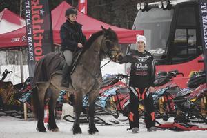Samarbete Njurundaklubbar emellan. Här ses Thea Kjellström från Njurunda Ryttareförening och Njurunda MK:s förare Oscar Englund.