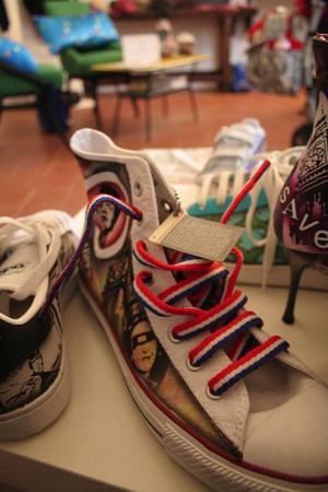 Coola skor hos mindre designers  i Milanos Navigli-distrikt.