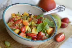 En fräsch somrig salsa med smak av jordgubbar, persika och mynta.