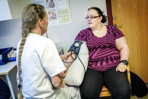 Distriktssköterskan och enhetschefen på Hallens hälsocentral Ulla Tysk tar blodtrycket på Anna Persson från Överhallen.– Det bästa är att det inte är någon väntetid. Jag ringde i morse och fick tid två timmar senare, säger Anna.