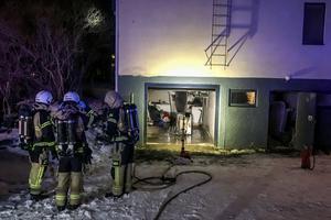 Det var en tvättmaskin som stod i ett garage bredvid tvättstugan som hade börjat brinna.