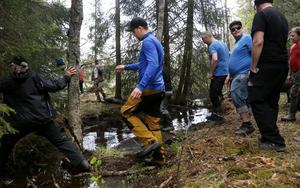 Små vattendrag i form av bäckar ska skyddas vid avverkning. En av metoderna är att bygga en bro med nyavverkat timmer som kan bära skogsmaskinerna. Denna får sedan vara kvar i väntan på maskiner för markberedning.