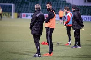 Ahmad Khreis i samtal med tränare Göran Sundqvist.