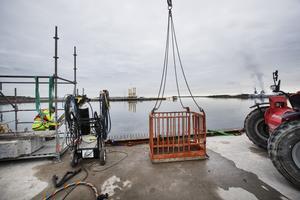 Den enda terminalen som ligger längre ut mot Östersjön är oljeterminalen, på andra sidan hamnbassängen i bild.