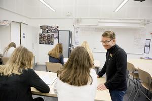 Lärarassistenterna ska kunna ta över administrativa arbetsuppgifter från lärarna och fungera som stöd både i klassrummet och på skolgården. På så vis avlastar vi lärarna och ger dem tid för att kunna förbereda och ägna sig åt sin huvudsyssla: att lära ut, skriver Robert Beronius. Foto Mats Andersson, TT.