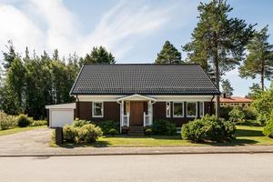 Det här huset på Häggvägen på Varvet i Örnsköldsvik såldes för 2,4 miljoner kronor. Bild: Länsförsäkringar Fastighetsförmedling