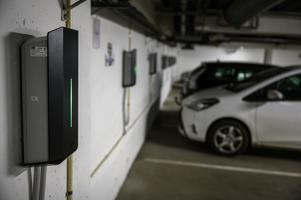"""De här elbilsladdarna hittas hos en bostadsrättsförening i Göteborg. Nu efterlyser """"Bettan"""" en satsning på laddplatser hos Öbo. Foto: Björn Larsson Rosvall/TT"""